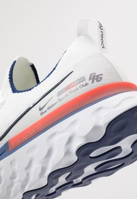 Nike Performance - REACT INFINITY RUN FK - Zapatillas de running neutras - white/blue void/track red - 5