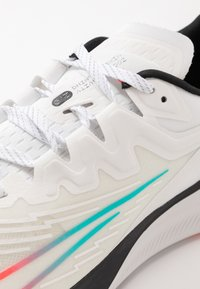 Nike Performance - ZOOM GRAVITY 2 - Zapatillas de running neutras - summit white/clear/black/oracle aqua - 5