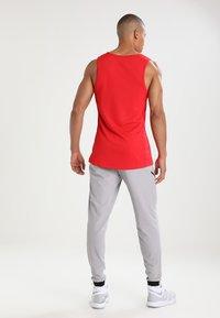 Nike Performance - CROSSOVER - Koszulka sportowa - university red/black - 2