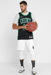 Nike Performance - BOSTON CELTICS NBA SWINGMAN - Club wear - black/clover - 1