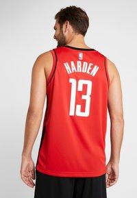 Nike Performance - HOUSTON ROCKETS JAMES HARDEN NBA SWINGMAN - Artykuły klubowe - university red - 2