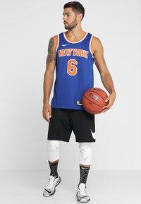 Nike Performance - NEW YORK KNICKS KRISTAPS NBA SWINGMAN - Pelipaita - rush blue - 1