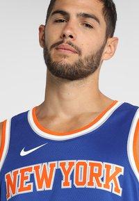 Nike Performance - NEW YORK KNICKS KRISTAPS NBA SWINGMAN - Pelipaita - rush blue - 3