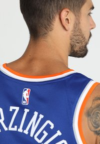 Nike Performance - NEW YORK KNICKS KRISTAPS NBA SWINGMAN - Pelipaita - rush blue - 4