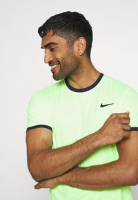 Nike Performance - DRY - T-shirt basic - ghost green/obsidian - 3