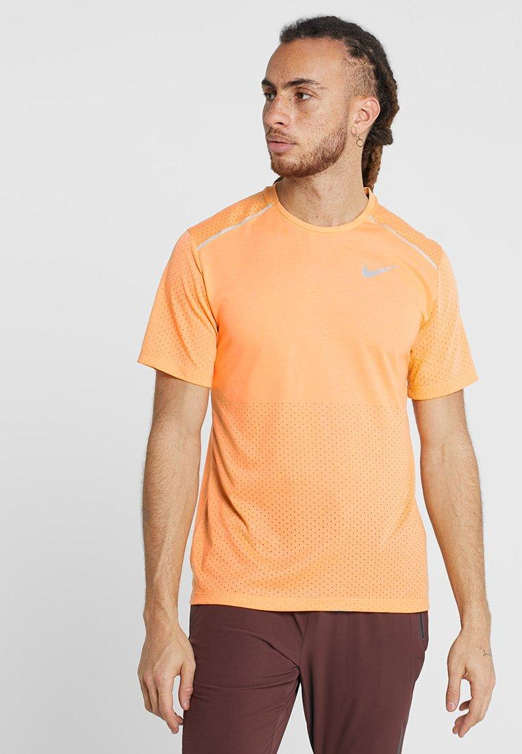 Nike Performance - BREATHE RISE  - Printtipaita - fuel orange/silver