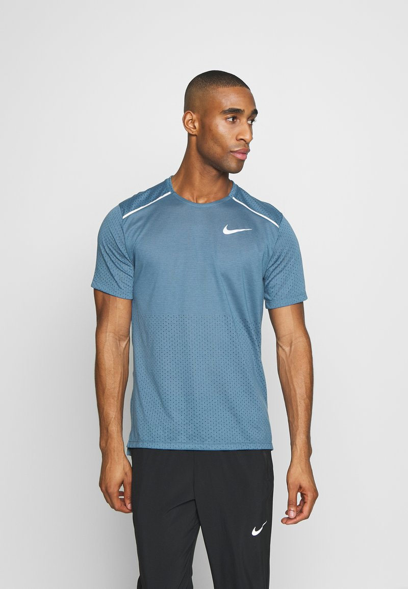 Nike Performance - BREATHE RISE  - Camiseta estampada - thunderstorm/reflective silver