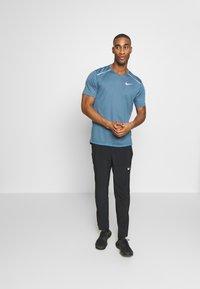 Nike Performance - BREATHE RISE  - Camiseta estampada - thunderstorm/reflective silver - 1