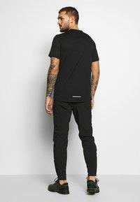Nike Performance - BREATHE RISE  - T-shirts med print - black/reflective silver - 2