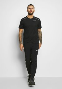 Nike Performance - BREATHE RISE  - T-shirts med print - black/reflective silver - 1