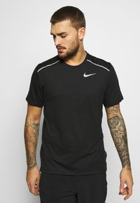Nike Performance - BREATHE RISE  - T-shirts med print - black/reflective silver - 0