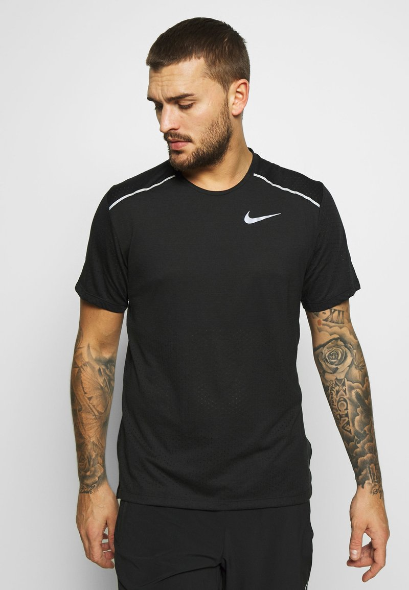 Nike Performance - BREATHE RISE  - T-shirts med print - black/reflective silver