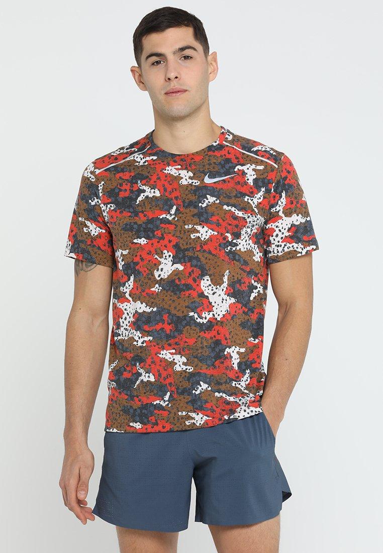 Nike Performance - WILD RUN BREATHE RISE - T-shirt con stampa - ale brown/silver
