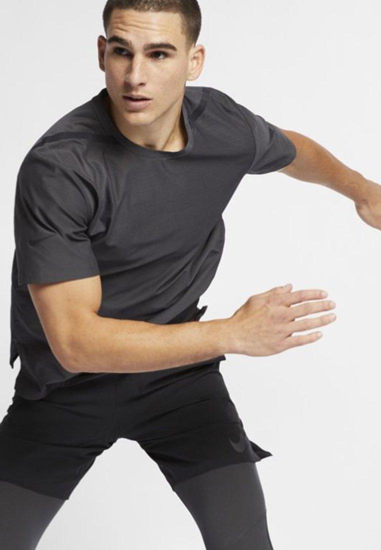 Nike Performance - TECH PACK  - T-Shirt basic - anthracite/black
