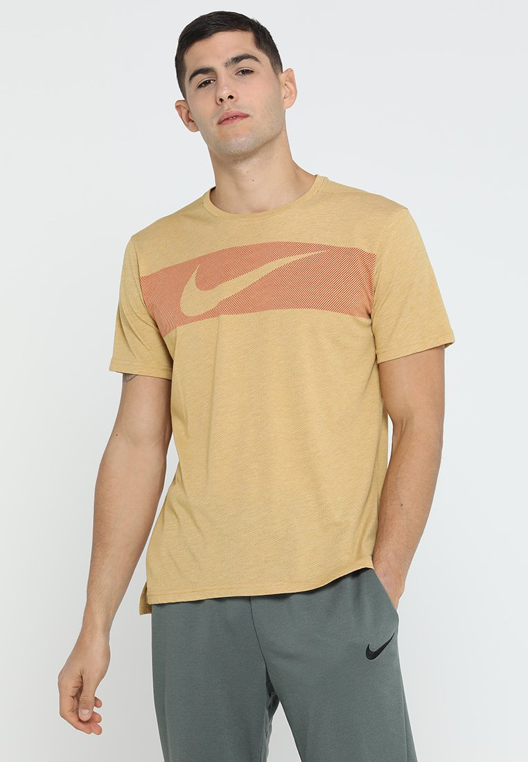 Nike Performance - HYPERDRY - T-shirt con stampa - club gold/heather/mystic red