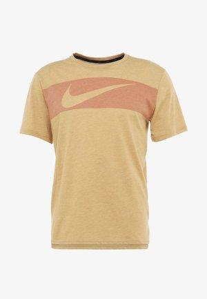 HYPERDRY - Camiseta estampada - club gold/heather/mystic red