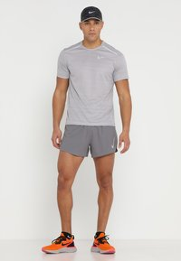 Nike Performance - DRY MILER - T-shirts med print - atmosphere grey/heather/vast grey - 1