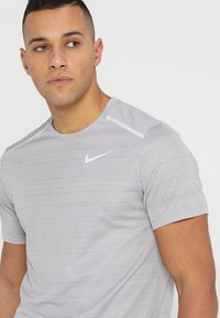 Nike Performance - DRY MILER - T-shirts med print - atmosphere grey/heather/vast grey - 6