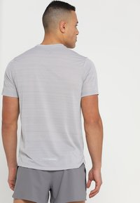 Nike Performance - DRY MILER - T-shirts med print - atmosphere grey/heather/vast grey - 2