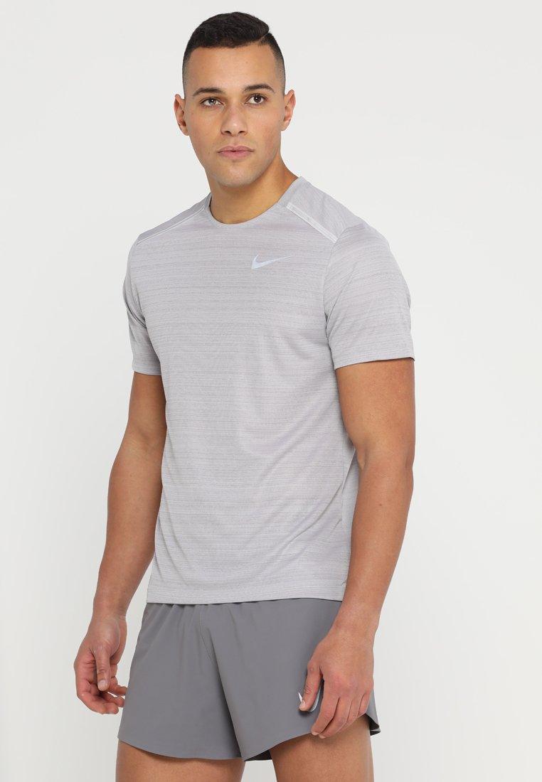 Nike Performance - DRY MILER - T-shirts med print - atmosphere grey/heather/vast grey