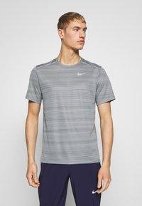 Nike Performance - DRY MILER - Print T-shirt - smoke grey/reflective silver - 0