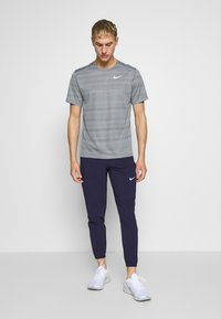 Nike Performance - DRY MILER - Print T-shirt - smoke grey/reflective silver - 1