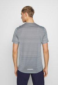 Nike Performance - DRY MILER - Print T-shirt - smoke grey/reflective silver - 2