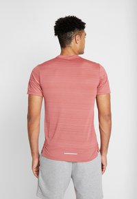 Nike Performance - DRY MILER - T-shirt basic - light redwood/heather/silver - 2