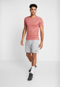 Nike Performance - DRY MILER - Print T-shirt - light redwood/heather/silver - 1