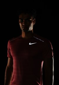 Nike Performance - DRY MILER - T-shirt basic - light redwood/heather/silver - 3
