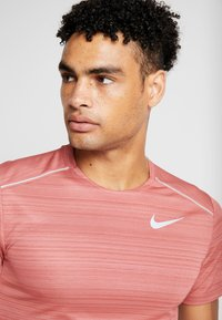 Nike Performance - DRY MILER - T-shirt basic - light redwood/heather/silver - 6