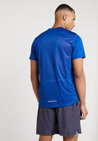 Nike Performance - DRY MILER - T-shirt z nadrukiem - indigo force/blue void/reflective silver - 2