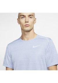 Nike Performance - DRY MILER - T-shirt imprimé - indigo fog - 3