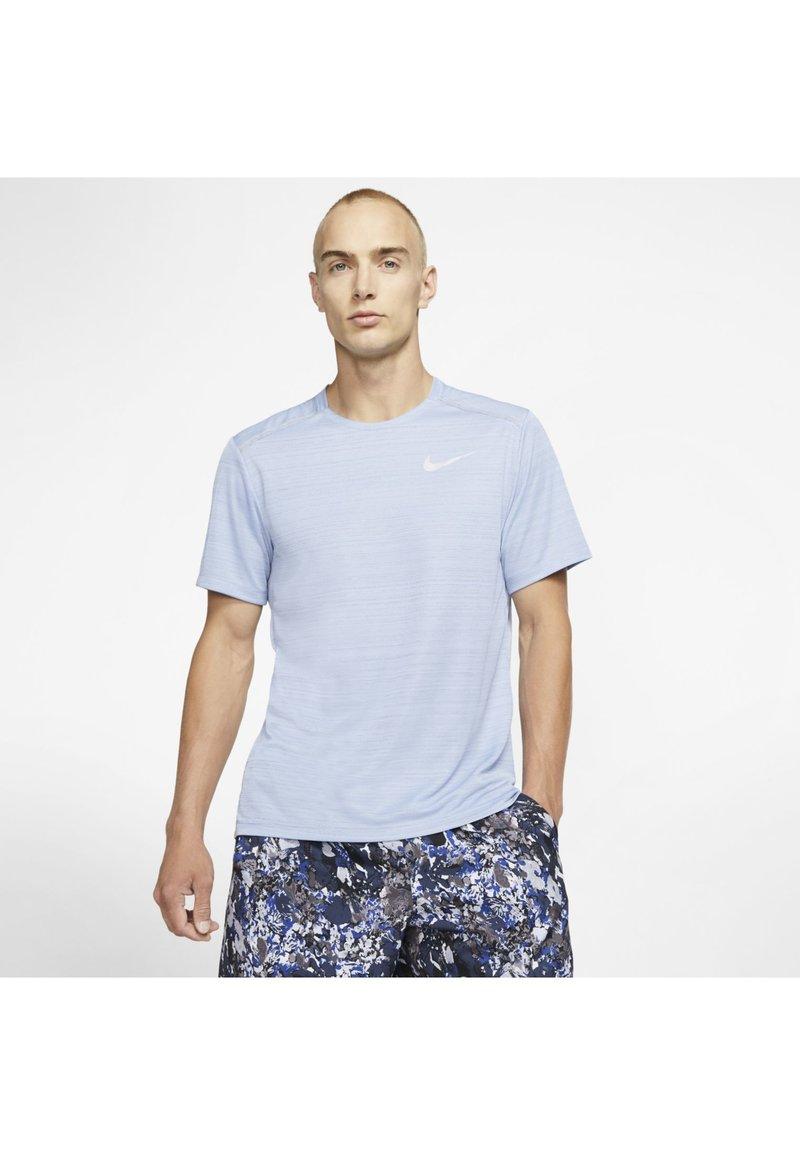 Nike Performance - DRY MILER - T-shirt imprimé - indigo fog