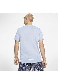 Nike Performance - DRY MILER - T-shirt imprimé - indigo fog - 2