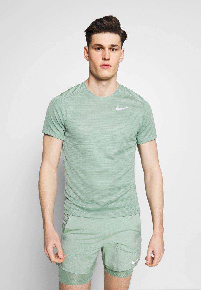 Nike Performance - DRY MILER - T-Shirt print - silver pine
