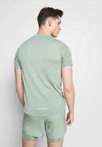 Nike Performance - DRY MILER - T-Shirt print - silver pine - 2