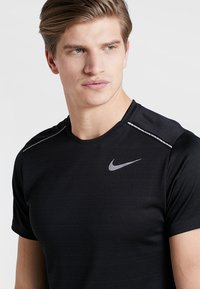 Nike Performance - DRY MILER - T-shirt con stampa - black/silver - 6