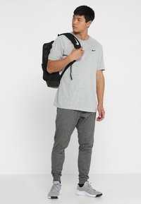 Nike Performance - DRY TEE CREW SOLID - T-shirt basique - dk grey heather - 1