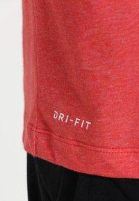 Nike Performance - DRY TEE CREW SOLID - Jednoduché triko - light university red heather/black - 5