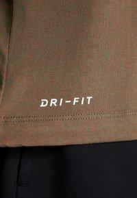 Nike Performance - DRY TEE CREW SOLID - Camiseta básica - cargo khaki/team orange/black - 5