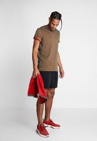 Nike Performance - DRY TEE CREW SOLID - Camiseta básica - cargo khaki/team orange/black - 1