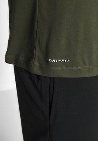 Nike Performance - DRY TEE CREW SOLID - Camiseta básica - khaki - 5
