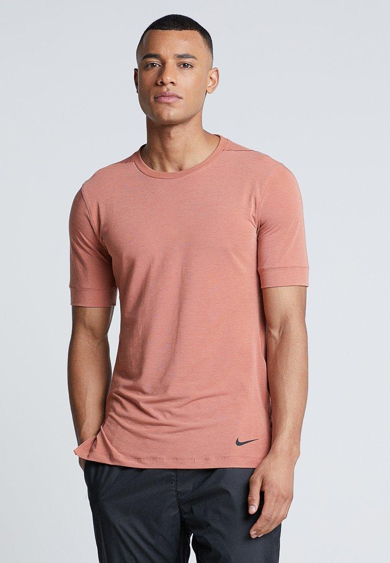 Nike Performance - DRY TOP SS TRANSCEND YOGA - T-shirt basic - dusty peach/bemis pitch