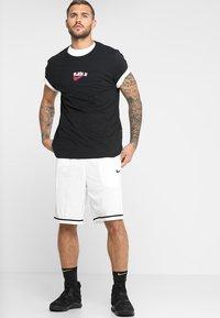 Nike Performance - CLASSIC - kurze Sporthose - white/wolf grey/black - 1