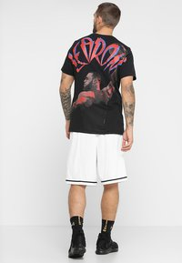 Nike Performance - CLASSIC - kurze Sporthose - white/wolf grey/black - 2