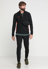 Nike Performance - DRY  - Sweat polaire - black/ember glow - 1
