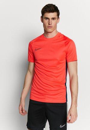 DRY ACDMY  - Print T-shirt - laser crimson/valerian blue