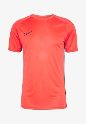 DRY ACDMY  - T-shirt med print - laser crimson/valerian blue