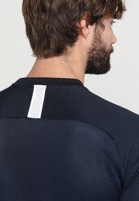Nike Performance - DRY ACADEMY - T-shirts print - obsidian/white - 6
